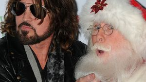 Billy Ray Cyrus testet den Bart von Santa Claus