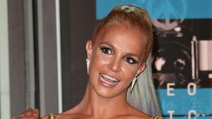 Britney Spears guckt peinlich berührt