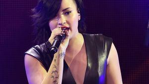 Demi Lovato singt am Mikrofon