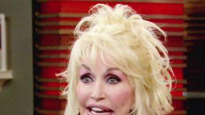 Dolly Parton leicht verwuschelt im Interview