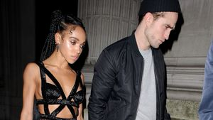 FKA Twigs und Robert Pattinson Hand in Hand