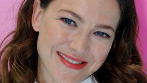Hannah Herzsprung lächelt