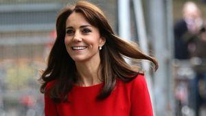 Herzogin Kate in einem roten Kleid