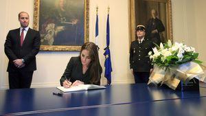 Herzogin Kate schreibt in ein Kondolenzbuch