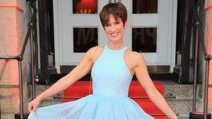 Isabell Horn zeigt ihr hellblaues Kleid