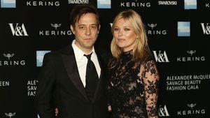 Jamie Hince und Kate Moss in einem Spitzenkleid