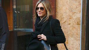 Jennifer Aniston im schwarzen Mantel