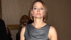 Jodie Foster im grauen Kleid