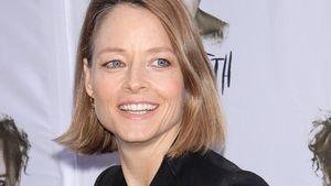 Jodie Foster lacht im schwarzen Kleid