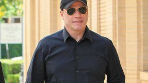 John Travolta in dunklem Hemd und mit Sonnenbrille