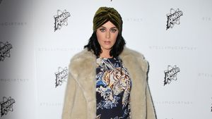 Katy Perry im Fellmatel mit Turban