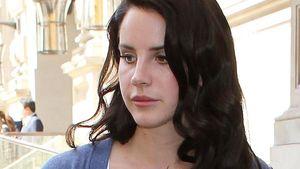 Lana Del Rey schaut auf den Boden