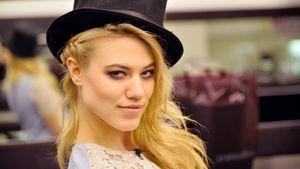 Larissa Marolt mit Hut und heißem Blick