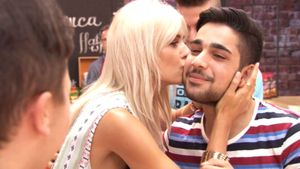 Lena Gercke gibt TVOG-Kandidat ein Küsschen