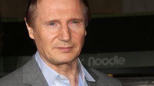 Liam Neeson im grauen Anzug
