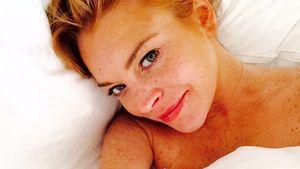 Lindsay Lohan liegt im Bett