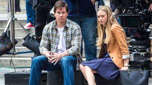 Mark Wahlberg und Amanda Seyfried sitzen auf einer Treppe