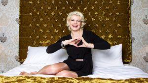 Melanie Müller auf dem Bett