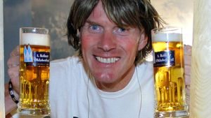 Mickie Krause mit zwei Bierkrügen