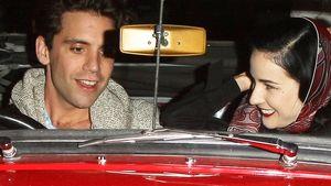 Mika und Dita von Teese in einem roten Cabrio