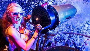 Paris Hilton hält eine Schaumkanone