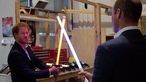 Prinz Harry und Prinz William im Lichtschwert-Kampf