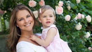 Prinzessin Madeleine von Schweden lacht mit Leonore auf dem Arm