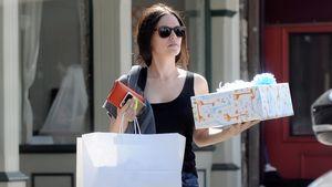 Rachel kauft Geschenke für ihr Baby