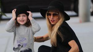 Rachel Zoe hockt mit Skyler auf der Straße