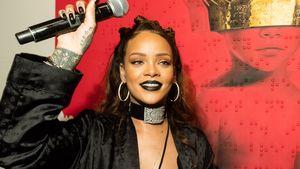 Rihanna mit Mikrofon hebt den Arm
