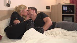 Sharon und Kevin küssen sich