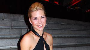Tanja Szewczenko in schwarz auf einer Treppe