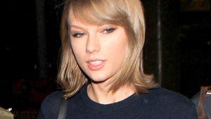 Taylor Swift guckt verlegen zur Seite