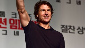 Tom Cruise mit gehobenem Arm