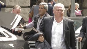 Uli Hoeneß mit einem Koffer in der Hand