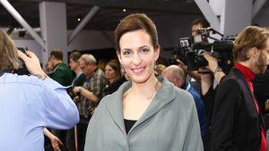 Ulrike Frankt trägt einen tollen, grauen Mantel