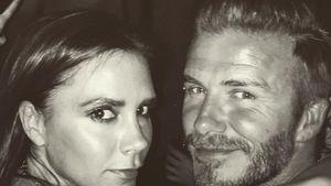 """Victoria Beckham und David Beckham unter einem """"Loving You More""""-Schriftzug"""