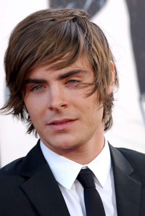 zac efron w scht sich nicht die haare. Black Bedroom Furniture Sets. Home Design Ideas
