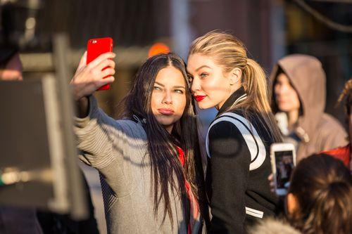 Adriana Lima und Gigi Hadid machten jetzt ein Selfie