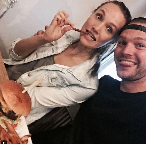 Anna Hofbauer und Marvin Albrecht stärken sich nach dem Training mit einem Burger