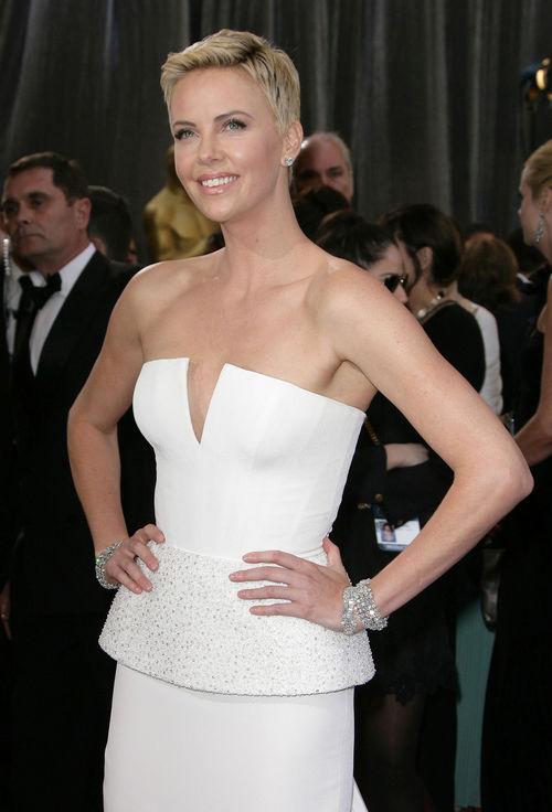 Charlize Theron zeigte sich bei den Oscars endlich wieder blond