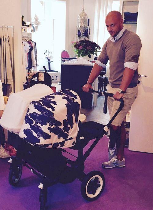Christian Tews posierte nun ganz öffentlich mit einem Kinderwagen