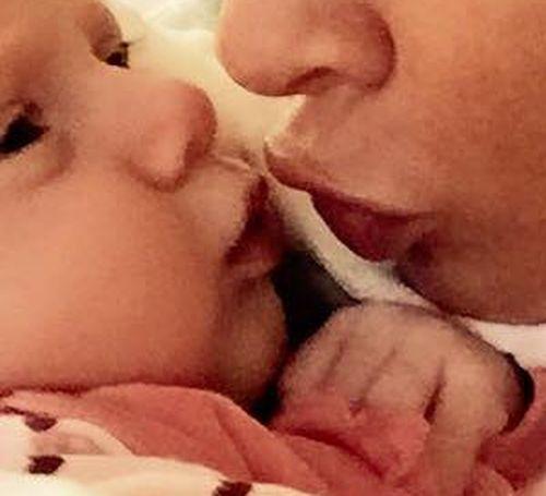 Daniela Katzenberger hat ihre Tochter Sophia zum Knutschen gern