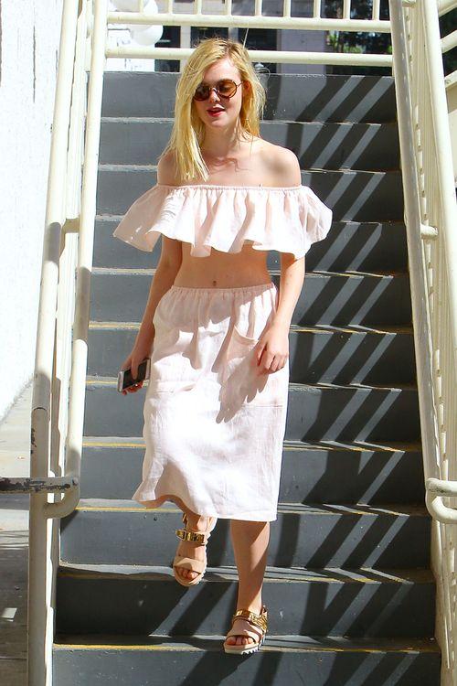 Elle Fanning trägt ein skurriles Top, das an eine Gardine erinnert