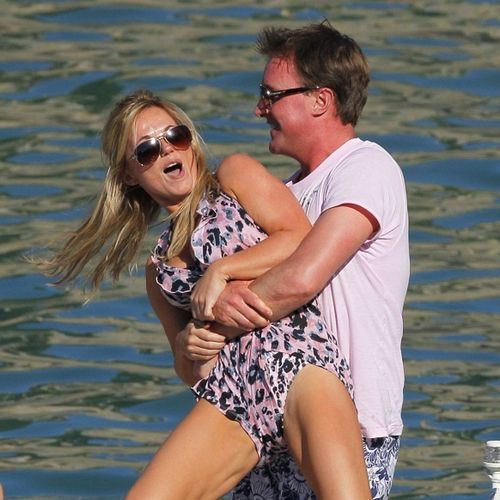 Geri Halliwell kmpft mit ihrem Freund Henry Beckwith am Wasser