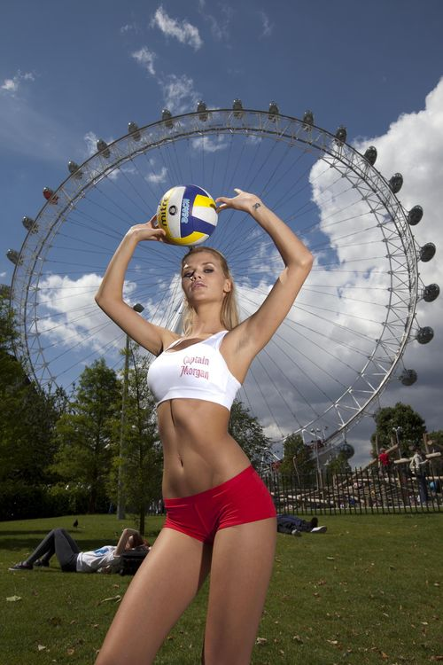 GNTM-Sara versucht sich als Volleyballerin