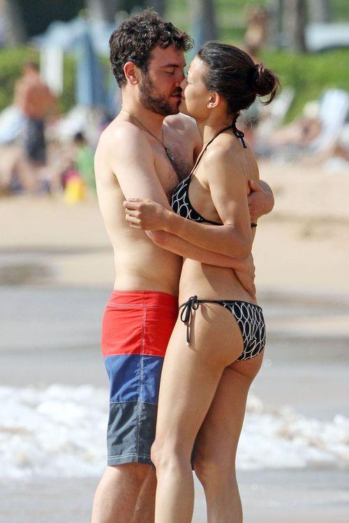 Josh Radnor und seine Freundin Julia Jones knutschen innig am Strand
