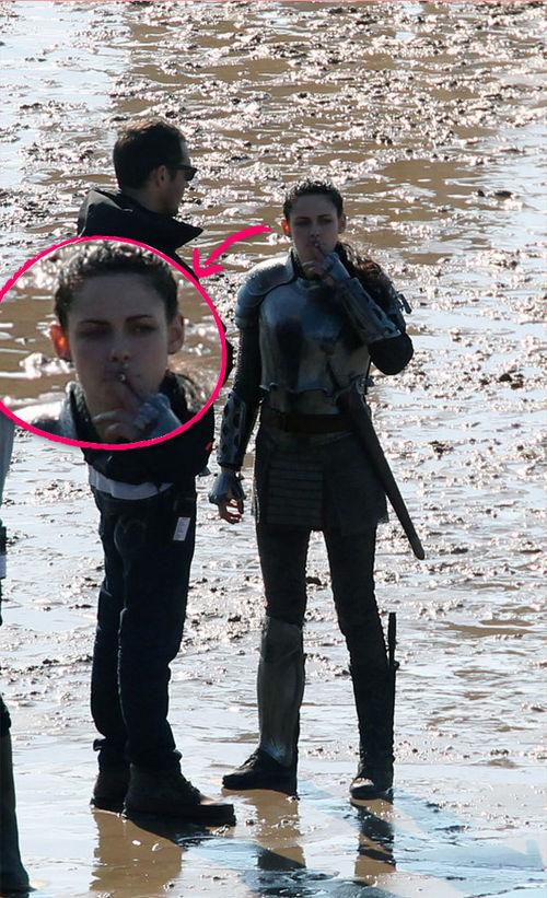 Kristen Stewart - Kristen Stewart raucht am Set von Snow White