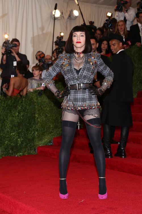 Sie ist wohl sowas wie die personifizierte Rebellion: Madonna mit schwarzer Perücke und Blazer von Givenchy