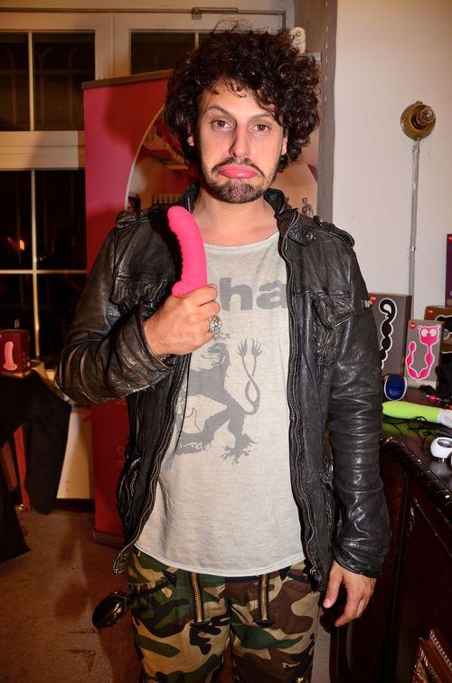 Manuel Cortez posiert mit Sexspielzeug